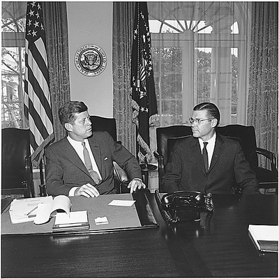 President_Kennedy_and_Secretary_McNamara_1962